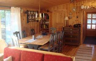 Spisestuen før – mørk og med møblene noe upraktisk plassert.
