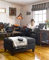 Gulvet er et fint, varmt innslag mot dempede møbler og hvittede vegger.
