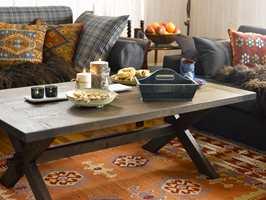 Mørke møbler og tekstiler med varme farger står fint til de lyse veggene.
