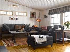 Ny stue! Lyset er totalt forandret og det var et sjakktrekk å flytte sofaen under vinduet.