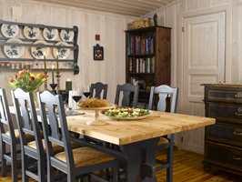 Nå som bordet står på tvers i rommet trekker det veksler på lyset fra vinduet, og skaper luft rundt seg.
