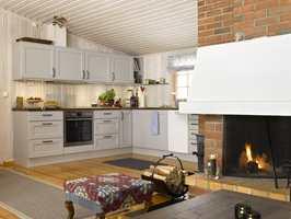 Rommet nå er mye mer funksjonelt og praktisk, med mer benkeplass og et sammenhengende kjøkkenhjørne.
