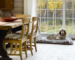 Spiseplassen blir ofte et samlingssted på hytta, og da hjelper det godt at den er både hyggelig og innbydende.