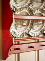 Rødfargen er tatt fra illustrasjonen på tallerkenene.