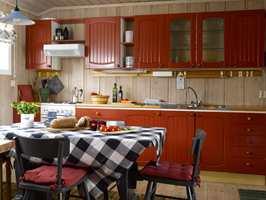 Furukjøkkenet er fra 1980-tallet og ble nærmest nytt med maling, det samme gjelder møblementet.