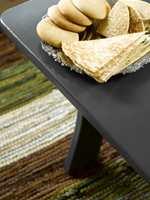 Bordet var opprinnelig mørkegult, preget av tidens tann, og ble nytt og tøft med grå maling.