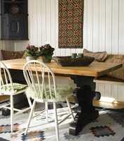 <b>BLANT SORTE DETALJER</b> Hjørneskapet har fått fargeselskap av det nymalte spisebordet, med bordplate tilsatt møbelolje.