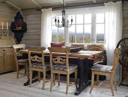 <b>FIN KONTRAST</b> Stolene og spisebordets topplate er som før, mens underdelen er malt som sittebenken, i farge S 8000-N.