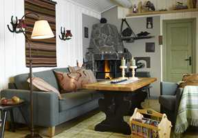 <b>BLANKT OG TØFT</b> Stuebordet fikk halvblank, sort maling til den underste delen og møbelolje til bordplaten. Rommet har flere mørke elementer fra før, som det «nye» bordet harmonerer godt med.
