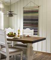 <b>LYSERE</b> Her er de før så gule møblene og bordets understell malt lyst (0502-Y), mens platen er mørknet med gulvolje og gulvlakk.