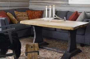 Tilfør interiøret noe spennende ved å sette farge kun på deler av bordet.