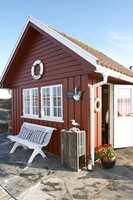 Sjønære hytter tåler mer farge enn dem i innland og fjell. Rødt og kritthvitt sjenerer ingen. Tvert imot kan en godt synlig hytte fortjene tydelig farge.