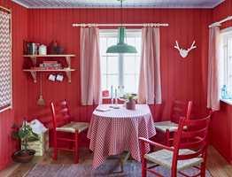 <b>NOSTALGISK RO:</b> Rødt er godt forankret i vår kultur og er en tradisjonell hyttefarge. I paletten Nostalgisk Ro føres linjene videre med en friskere tone. Veggen er malt i fargen Markjordbær. (Foto: Sveinung Bråthen/Fargerike, Stylist: Christine Hærra)