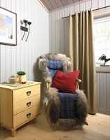 Og nå som dobbelsengen var fjernet, ble det plass til en hyggelig lesekrok på soverommet. Ved å forlenge gardinopphenget slik at stangen går godt ut på hver side av vinduet, kan gardinet trekkes helt bort fra vindusflaten, slik at det slippes inn maksimalt med lys. Det bidrar til romfølelsen.