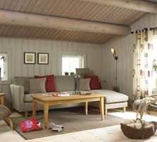 Etter: Den mørke furua ble malt, og gamle hyttemøbler ble byttet ut med nye. Resultatet var en ny, lys og innbydende hytte!