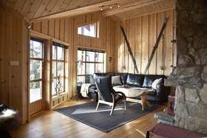Før: Stuen var koselig, men trengte litt modernisering i form av ny farge på vegger, gulv og tak.