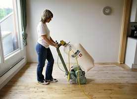 Gulvet slipes med gulvslipemaskin.