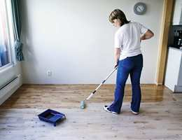 Når gulvet er ferdigslipt og støvsuget påføres oljen med malerrull på ett felt av gangen.