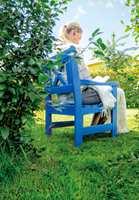 <b>IDYLL:</b> Med en fargeglad stol og en god bok kan våren bare komme. (Foto: Robert Walmann/ifi.no)