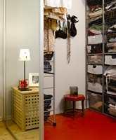 Garderobeløsning: Det tidligere kottet er blitt større og forvandlet til 'walk-in-closet' med adgang fra soverommet. Trådinnredning utnytter plassen, knallrødt gulvbelegg lyser opp.