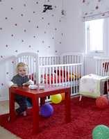 Rødt og søtt: Kaja inviterer gjerne til selskap på sitt knallrøde bord. I små doser går fargen igjen på tapetet som er brukt på den ene veggen og på liftgardin i samme mønster.