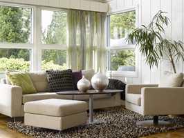 I stuen er det møblert med to ulike sofagrupper som har forskjellige funksjoner. Som