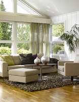 Gardinen er et tynt florlett stoff som lar lyset slippe lett inn og fungerer like godt som et dekorelement.