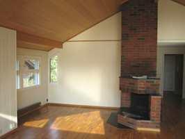 Slik så stuen ut før. Peisen har fått en total forvandling etter at den ble malt hvit.