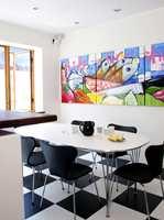 Gulvet er av sjakkrutet vinyl, og de frodige bildene gir hele rommet energi.