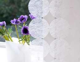 Det kan knapt kalles gardin, men er et delikat dekorasjonselement i rommet.