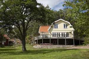 Rundt huset er det bygget en stor terrasse. Tre dører leder ut til den og sørger for god kontakt mellom ute og inne.