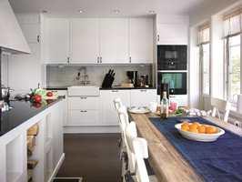 Flisene på kjøkkenet har mursteinsmønster. Noter at de på