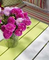 Her ble sittebenken, bordbena og en stripe av bordplaten malt i surgrønt (S 1050-G50R), mens resten av bordplaten ble eggehvit.