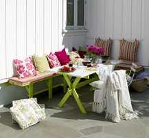 Med fargerike møbler og tekstiler har uteplassen blitt et populært oppholdssted i sommermånedene.