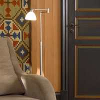 Døren har tre speilruter/firkanter. Langs rutene ligger en profilert list; stafflisten og en nedsunket kant; frisen. Her er stafflisten malt med en oransjefarge S 2050-Y70R og frisen med en mørk grønnfarge S 6030-Y.