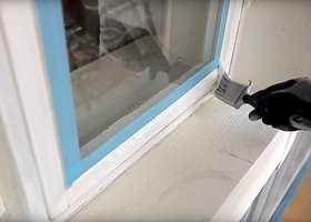 Det er ikke bare husets vegger som trenger stell. I denne videoen kan du se hvordan du maler vinduene.