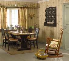 Beisen ligger som et tynt fint slør på veggen fordi panelet først har blitt lakkert med en klar panellakk.