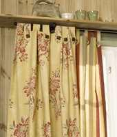 Vinduet er rammet inn av to lange hyller oppe og nede. Begge gir ekstra avstillingsplass, og skaper en hyggelig innramming av vinduet.