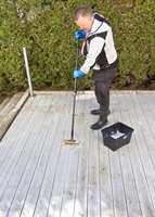 <b>VASK:</b> Når du vasker terrassen, er det en fin sjanse til å se om du trenger å beise den. Her er malermester Morten Fehn hos Jordan i gang.