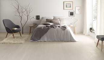 <b>LYS:</b> Vær også obs på at hvordan lyset faller inn i rommet vil påvirke veggfargen. Gulvet her er Shade Oak CloudGrey Plank fra Tarkett.
