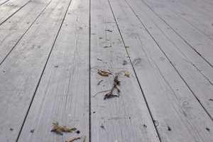 <b>SLITT:</b> Treverket på terrassegulvet slites av vær, vind og når vi går på det. Når overflaten begynner å se tørr ut, er det på tide fornye beisen.