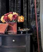 <b>VELUR:</b> Myke, ensfargede, tunge tekstiler i rikelige mengder skaper atmosfære av noe varig. Behagelig for øyet, øret og en invitt til berøring. Velur fra Green Apple. (Foto: Anne Manglerud/Green Apple)
