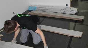 Om du taper sammen underlagsmaterialet i skjøtene holder det seg lettere på plass under gulvleggingen.