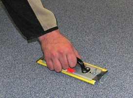 Overflødig sand fjernes fra gulvet.