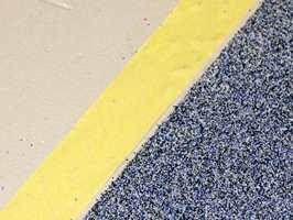 Sand drysses i den våte gulvlakken.