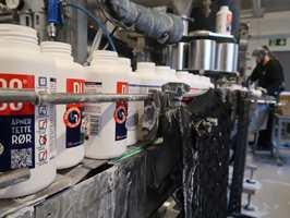 I år feirer det hvite Plumbo-pulveret 110 år. Vi tok turen til Bærum for å se hvordan det lages.