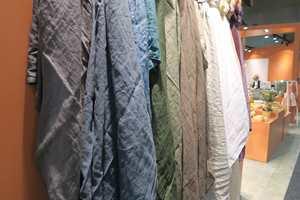 <b>TEKSTILER:</b> Det var mye tekstiler å se på messen. Naturfarger; brunt, grønt og blått var det mye av. Her, som det seg hør og bør, på en varm, rødbrun bakgrunn.