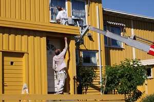 Det blir mer og mer vanlig at også private leier en lift for å male de øverste delene av huset.