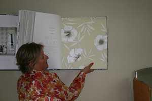Gro Welle-Watne fra Tapethuset stilte med flere forslag og både blomster og helt nøytrale ble vurdert.