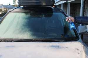 <b>ISFRITT:</b> Fjern løs snø og is fra ruten. Spray på og vips: isen smelter slik at du får god sikt.